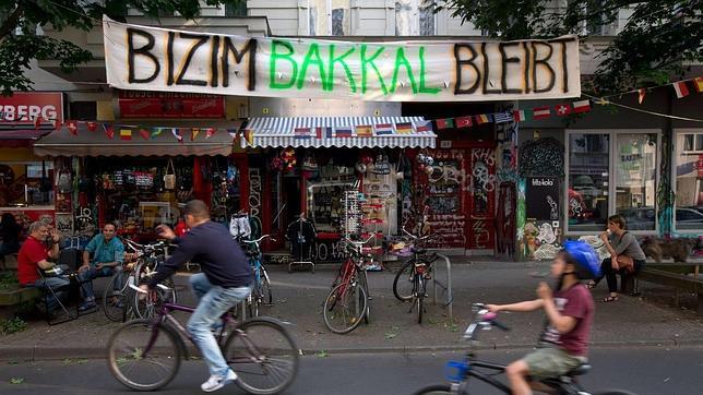 En berl n un tendero turco simboliza la lucha contra la - Poco berlin kreuzberg ...