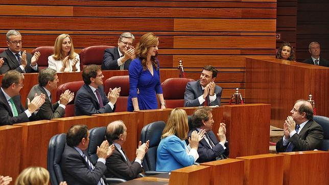 Silvia Clemente recibe los aplausos de sus compañeros tras ser elegida presidenta de las Cortes