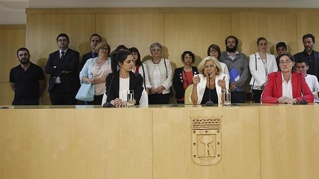 Rita Maestre, sentada y con americana negra, acompaña a Carmena durante la primera Junta de Gobierno este sábado