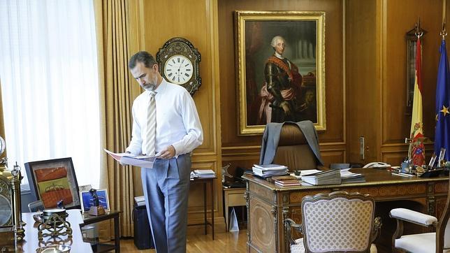 Don Felipe, en su despacho del Palacio de La Zarzuela