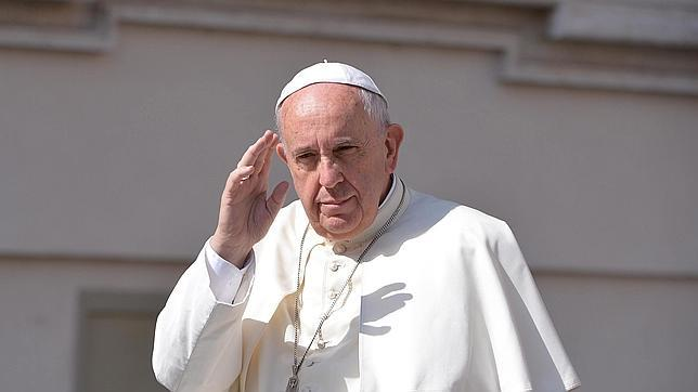 El papa Francisco saluda a los fieles congregados en la Plaza de San Pedro este miércoles
