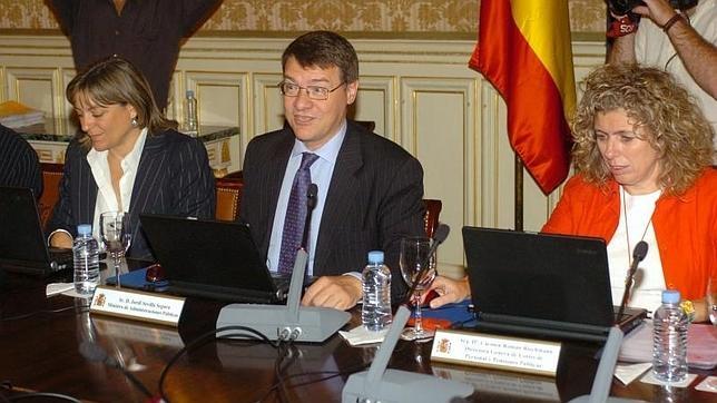 Carmen Román Riechmann, a la derecha con chaqueta roja, en 2006, cuando estaba en el Ministerio de Administraciones Públicas