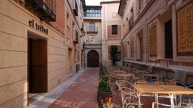 La terraza del Trébol, junto a la entrada del convento Santa Fe y bajo un precioso trampantojo