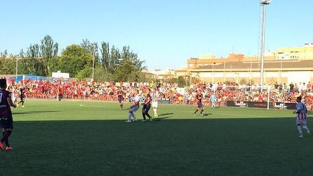 Encuentro entre el Huracán Valencia y el Huesca jugado en el Estadio san Gregorio
