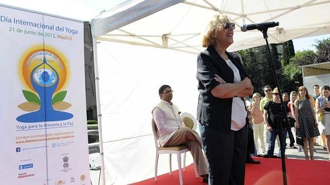 Manuela Carmena participa este domingo en una clase magistral de Yoga en la plaza de Colón de Madrid