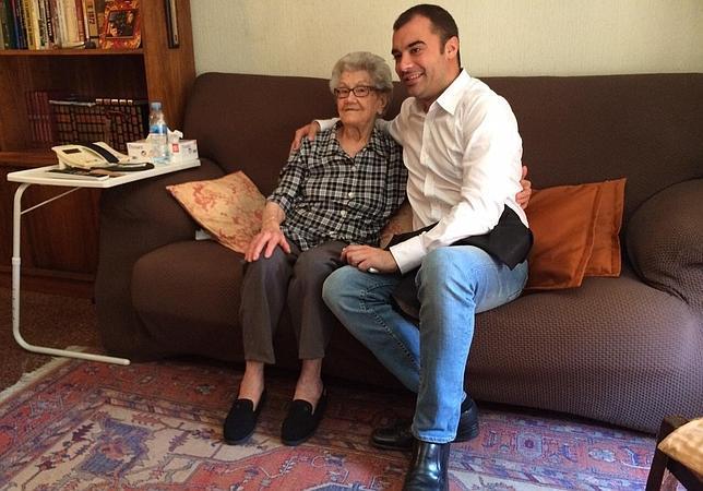 El alcalde Jordi Ballart acudió a la vivienda de Lluïsa Aubets para ofrecerle leer el pregón