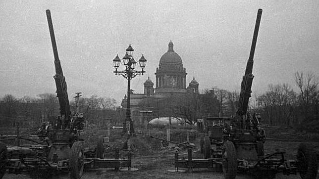 Dos piezas de artillería anti aérea vigilan el cielo de Leningrado