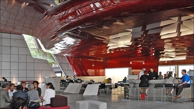 El interio de la cafetería del Edificio Nuevo del Museo Reina Sofía