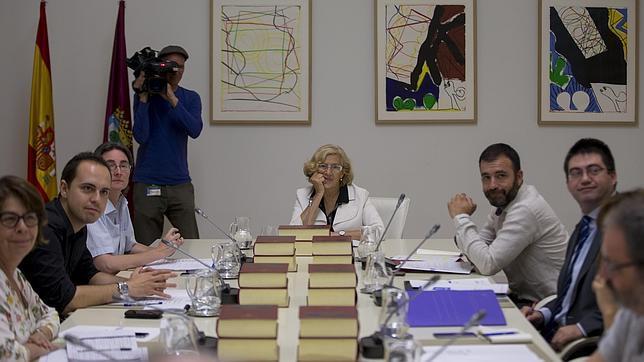 La alcaldesa de Madrid, Manuela Carmena, junto a su equipo de gobierno en el Ayuntamiento