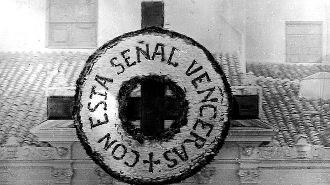 En la imagen, una fotografía de la cruz de la Iglesia de San Ginés (1913)