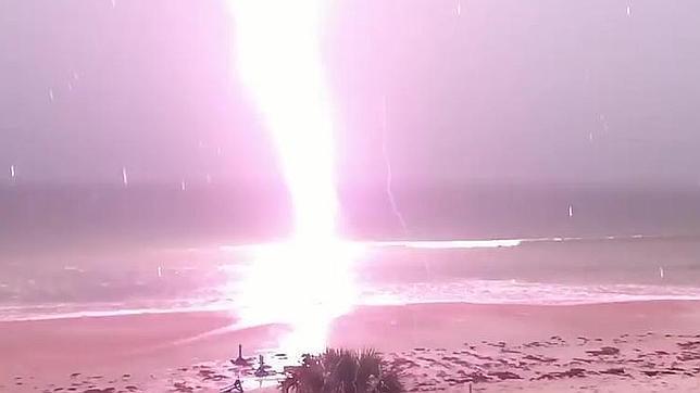 Un espeluznante rayo en una playa de Florida siembra el terror en YouTube