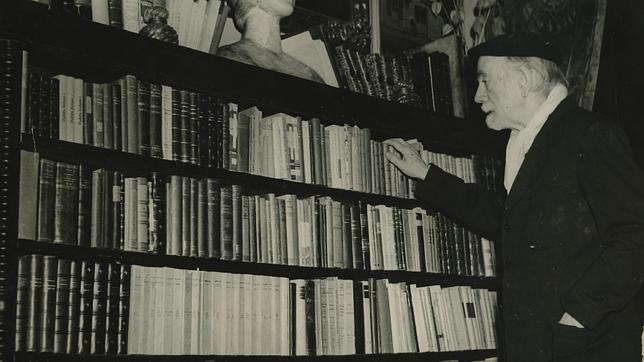 Pío Baroja, en su biblioteca