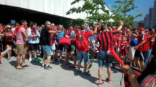 Los jugadores del Arenas han sido recibidos por su afición a su llegada al estadio de Gobela