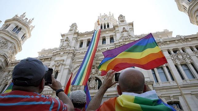 La bandera arco ris ondea en el ayuntamiento y en la - Casarse ayuntamiento madrid ...