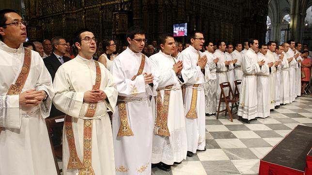 El arzobispo ordena en la catedral a siete nuevos sacerdotes y 16 diáconos