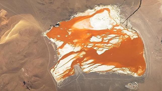 Un astronauta captura una imagen de un lago naranja «de otro mundo» en Bolivia