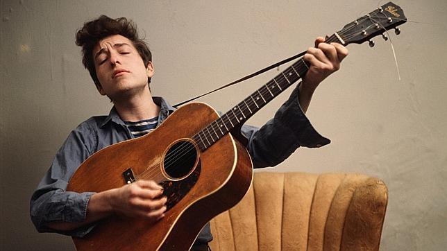En la imagen, un joven Bob Dylan. Manuel Vilas escribe: «La gente se muere, pero Dylan no se va de este mundo»