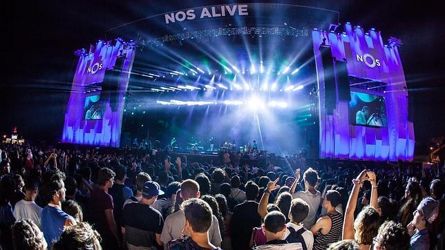 Vista del escenario principal delante de miles de personas en el festival NOS Alive, cerca de Lisboa, que se celebra 9, 10 y 11 julio