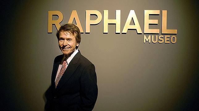 Raphael, durante la inauguración, en Linares (Jaén), del museo que recoge su colección personal