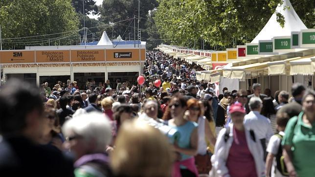 El Paseo de Coches del Retiro, lleno de gente durante la Feria del Libro de 2013