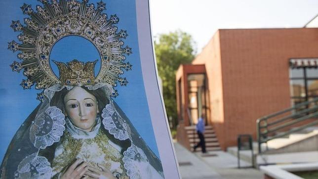 Retiran a la Virgen de Aravaca por la visita de una concejal de Carmena