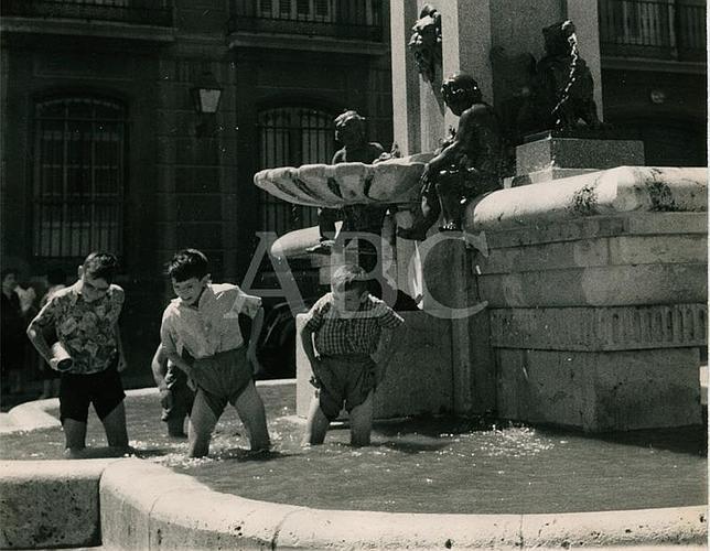 Fotograf as antiguas de abc ni os ba ndose en fuentes - Banarse en madrid ...