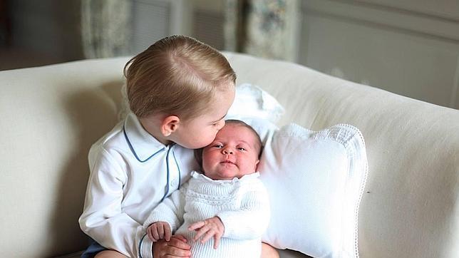 Carlota de Cambridge junto a su hermano mayor, el príncipe Jorge