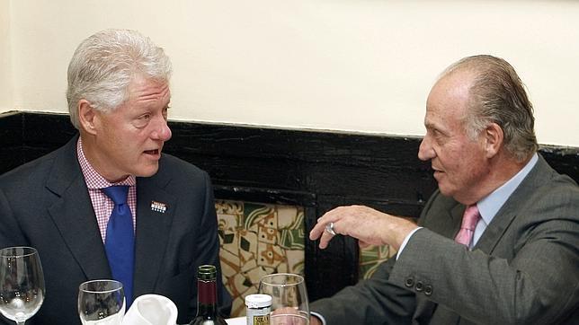 Bill Cliton y Don Juan Carlos disfrutando una comida