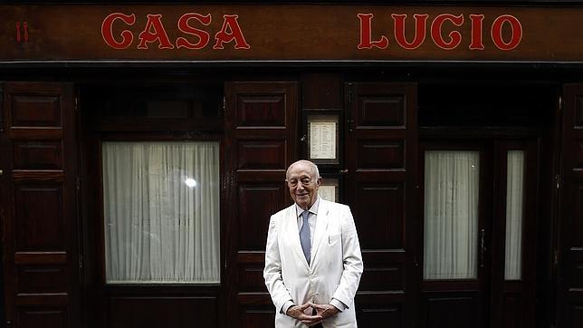 Lucio posa en la puerta de su restaurante, en Cava Baja