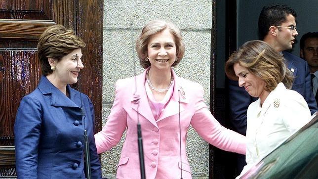 Laura Bush, Doña Sofía y Ana Botella en la puerta de Casa Lucio