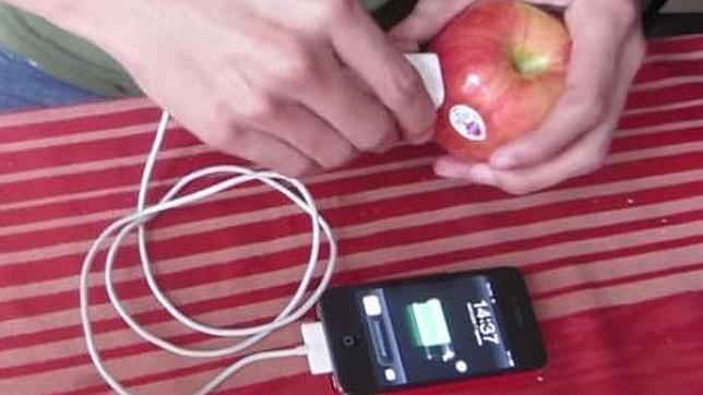 ¿Es posible cargar el móvil con una fruta?
