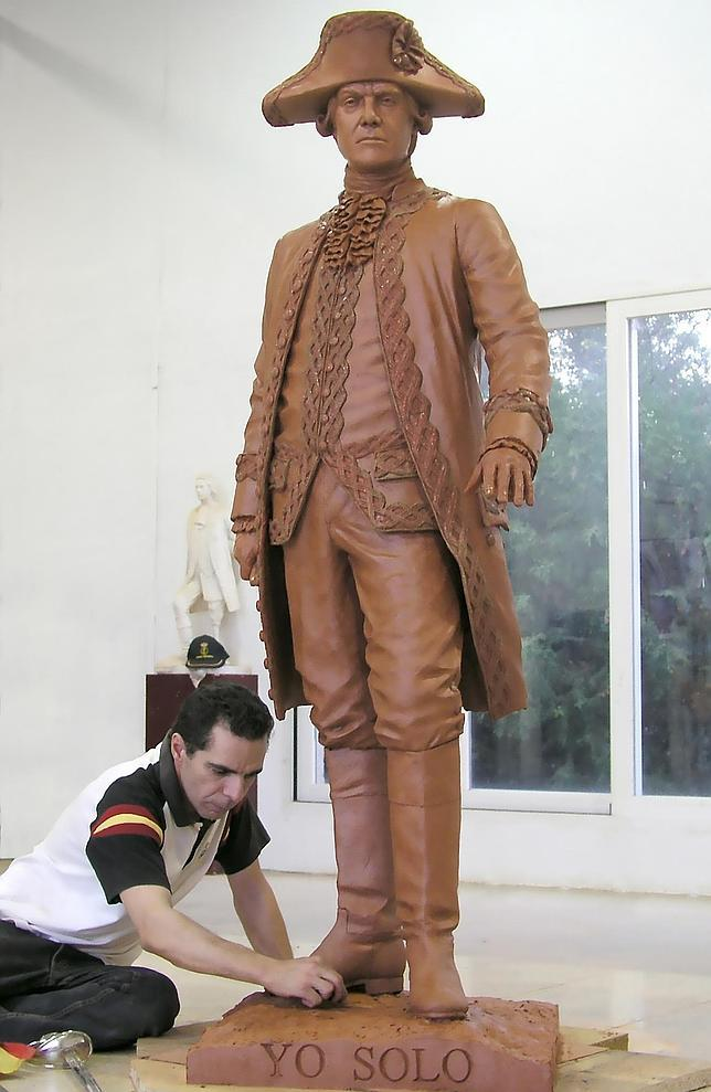 Salvador Amaya da los últimos retoques a la estatua de Bernardo de Gálvez