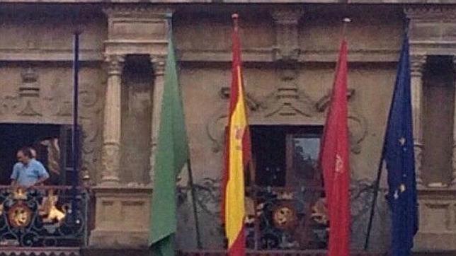 El sospechoso mástil que Bildu ha colocado en el Ayuntamiento de Pamplona