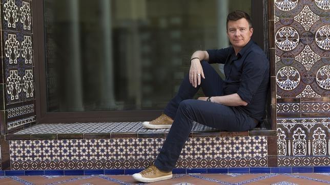 El cantante británico posando ayer en el patio andaluz de ABC