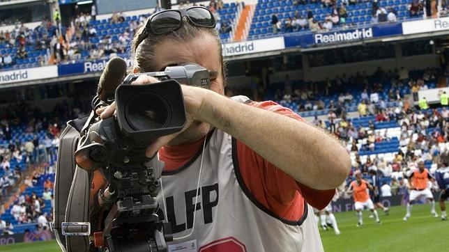 Un cámara de televisión antes de un partido en el Bernabéu