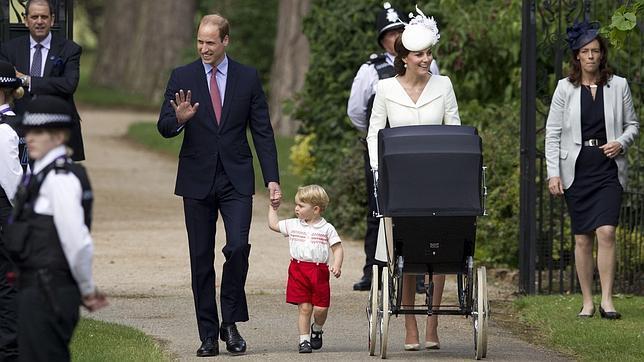 Guillermo y Catalina de Cambridge llegan a la iglesia de Santa María Magdalena con el Príncipe Jorge y la pequeña Carlota
