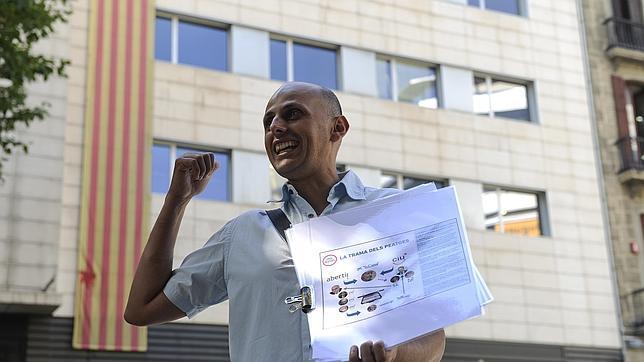 Rafa Burgos, guía de la ruta «corrupta», frente a la sede de CiU