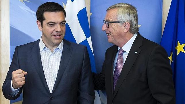 El primer ministro griego, Alexis Tsipras, junto al presidente de la Comisión Europea, Jean-Claude Juncker