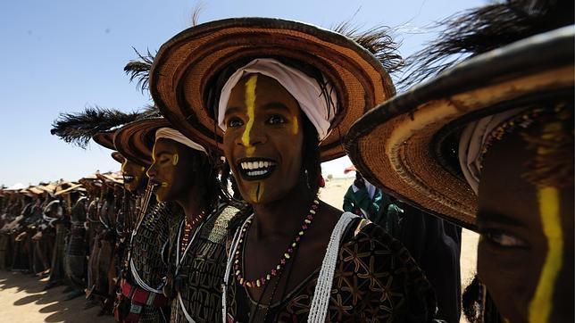 Imagen en la que se a hombre de la tribu Wodaabe preparados para el festival Gerewol