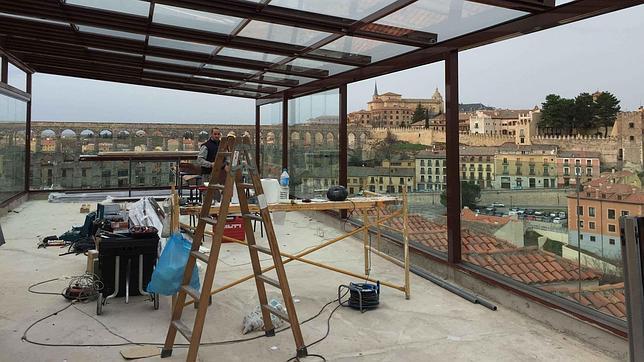 Ultim tum a un hotel situado junto al acueducto por for Como hacer una estructura metalica para techo