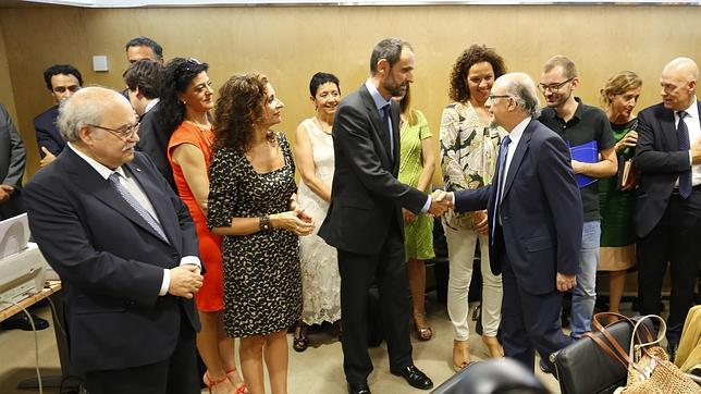 El ministro de Hacienda, Cristóbal Montoro, saludando a los consejeros autonómicos