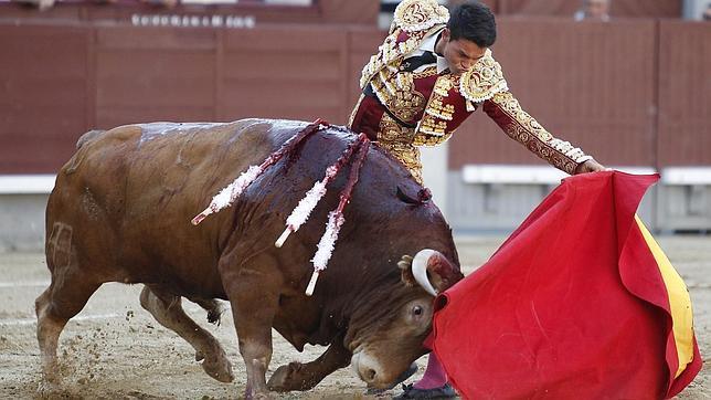 Manolo Vanegas corta una oreja en su debut en Las Ventas