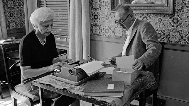 «Cartas a Véra» abarca desde 1923 a 1977. En la imagen Nabokov le dicta a su esposa Véra una de sus novelas