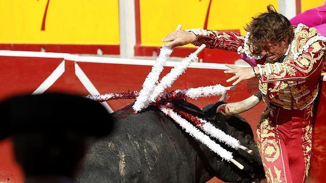Manuel Escribano impresiona con Miura en San Fermín