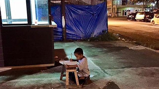 Image result for niño de años estudia mientras trabaja