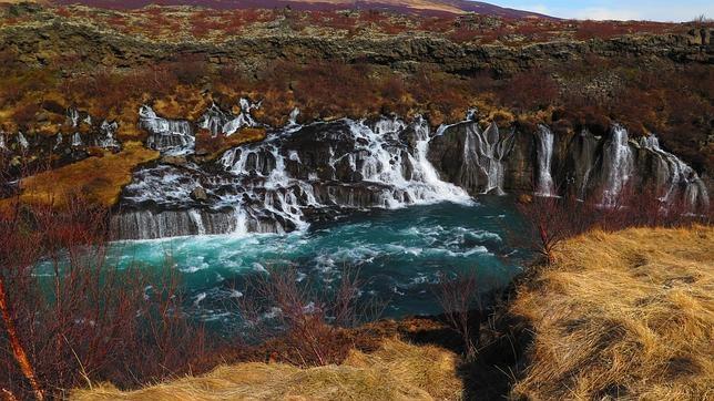 Las aguas, en Hraunfoss, se filtran por debajo de un campo de lava porosa