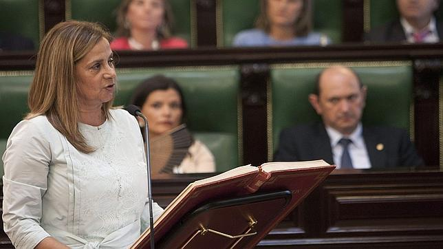La nueva presidenta de la Diputación de Pontevedra, Carmela Silva, jurando su cargo