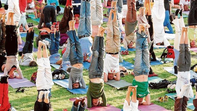 Un grupo de personas intenta realizar un récord mundial durante el Festival de Yoga de 2007 en Berlín