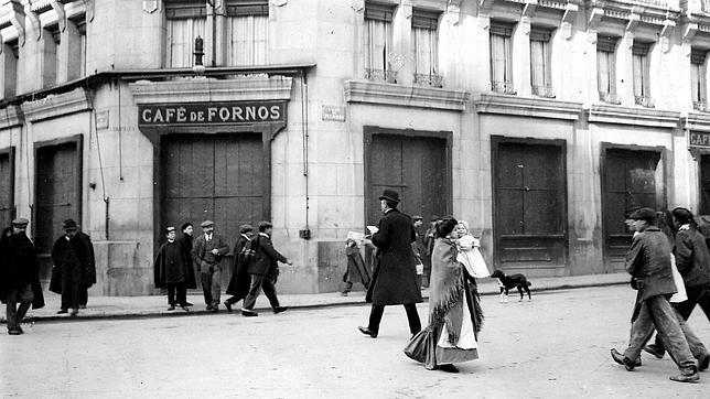Foto del Café de Fornos un día antes de cerrar, el 25 de agosto de 1908