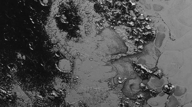 La nueva imagen de Plutón publicada hoy, esta a una distancia de 77.000 kilómetros de la superficie